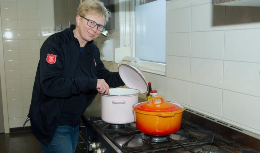<p>Marrie Boshuis ziet het aantal nieuwe gezichten toenemen. &quot;De nood is duidelijk daarom starten we een maaltijdenservice.&quot; (foto Gert Perdon)</p>