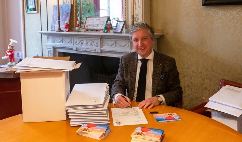 Burgemeester Hans Beenakker hoopt dat er veel kaarten zullen worden verstuurt aan mensen die het moeilijk hebben in deze tijd