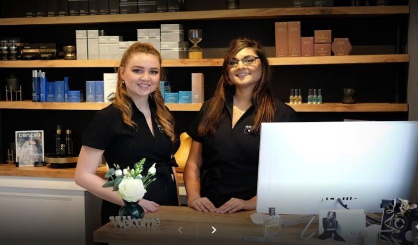 <p>&nbsp;De Alphense Carmen van Leijden (rechts), eigenaar van The Center of Beauty richt haar pijlen nu op online. Foto: aangeleverd</p>