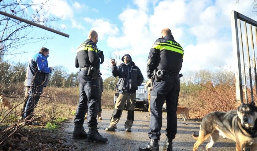 <p>Een kraker in gesprek met politie aan de Bosweg in Renkum. Foto: gertbudding.nl </p>