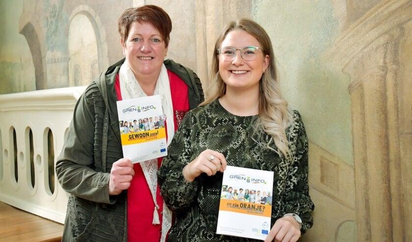 <p>Carola Schroer (links) en Antonia Cornelißen van het GrensInfoPunt van de Euregio Rijn-Waal.</p>