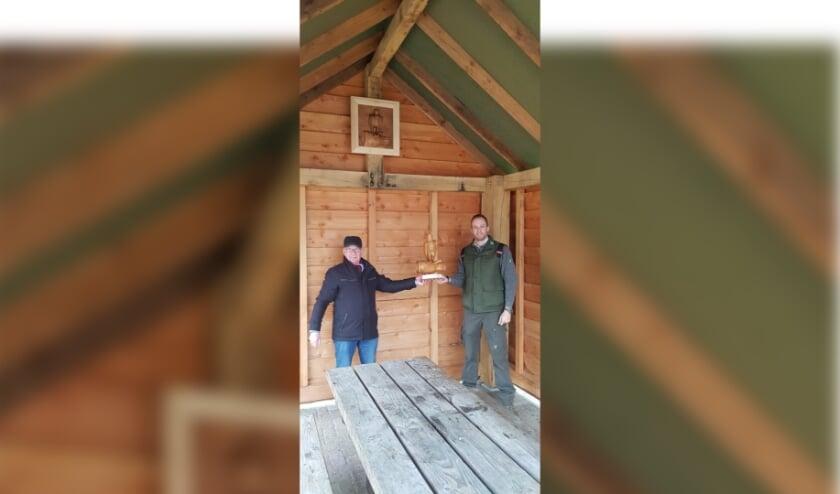 <p>De heer Hoevenaars uit Valkenswaard heeft aan Staatsbosbeheer een uit hout gesneden valk aangeboden. Foto: Erik Schram Staatsbosbeheer</p>
