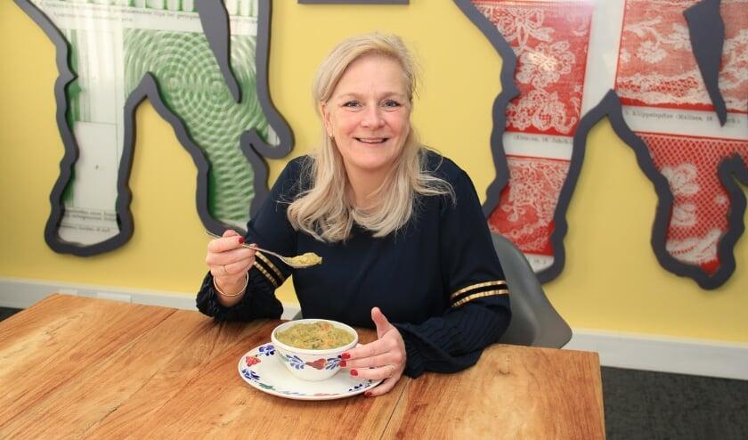 """<p>Rotary-voorzitter Jacqueline Willemsen proeft de erwtensoep. """"We hopen op veel aanmeldingen.""""</p>"""