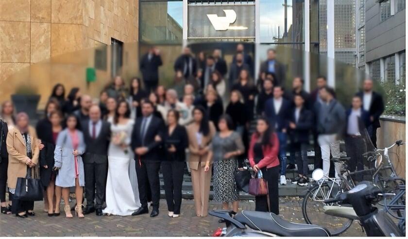 <p>In november waren er in ieder geval twee bruiloften waar de groep geen afstand van elkaar hield, zoals hier duidelijk te zien. Hans van de Braak van de PvdA heeft hierover vragen gesteld.&nbsp;</p>