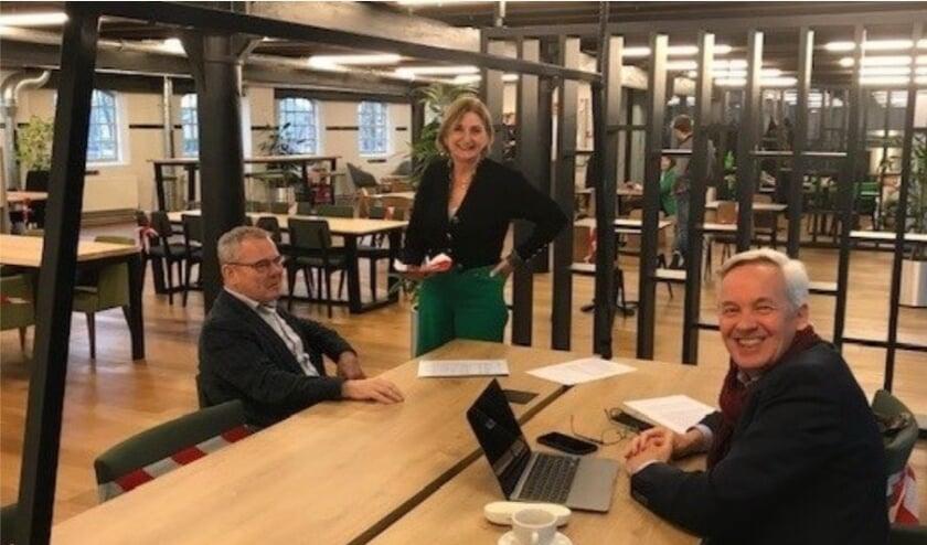 Wethouder Bert Kuster, Directeur Hans Schirmbeck en manager Yvette Bergman in een coronaproof STOERlokaal.