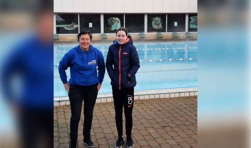<p>Karin Stein (links) en Stella van Droffelaar van ZVVS waren er als de kippen bij om na vijf weken zonder zwemtraining in het buitenbad van het zwembad De Hoorn in Alphen aan den Rijn te duiken.</p>