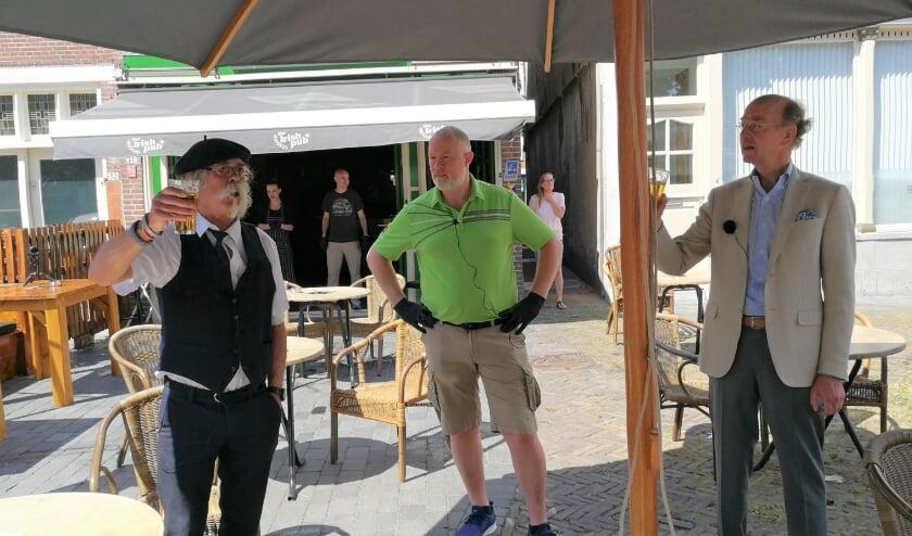 <p>Junior Flynn (midden) toen in mei vorig jaar de terrassen weer open konden met burgemeester Eenhoorn rechts en Leo Ijdo. Foto: Peter Spek.</p>