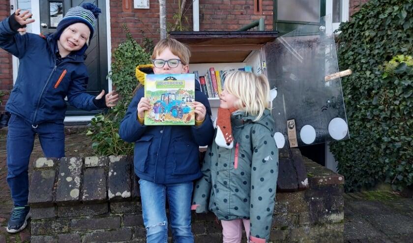 <p>Teije Grievink (midden) met vriendjes Nina en Ward voor het KinderzwerfboekStation aan de Ubbergseweg in Nijmegen-Oost.&nbsp;</p>