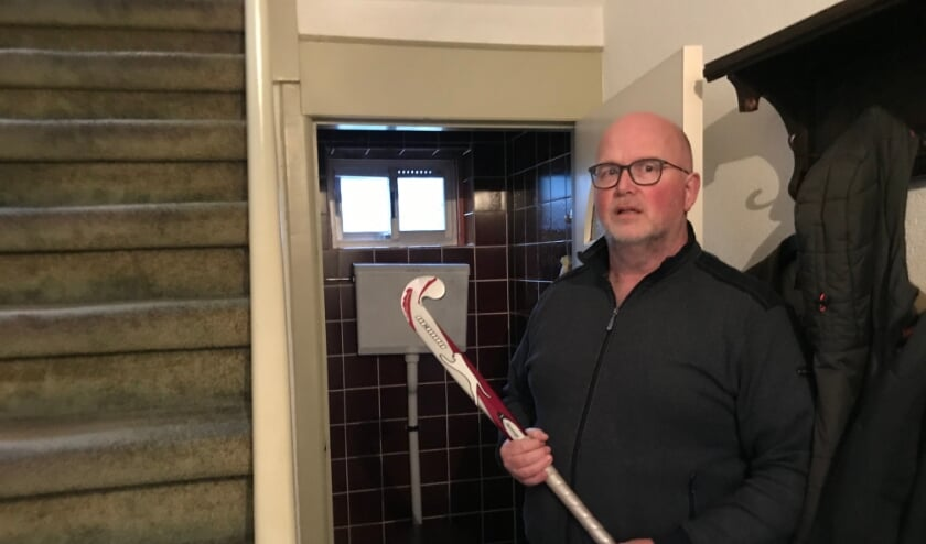 <p>Een inbreker wist door het wc-raampje naar binnen te dringen, maar werd door bewoner Gert van Lunteren met een hockeystick weer naar buiten gejaagd (foto: Marco Jansen)</p>