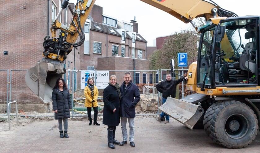 <p>Bernadette en Sven Gravendeel bij de bouwput waar de uitbouw komt voor de woningen met erboven de nieuwe galerij. Foto: Mariska Haaima</p>