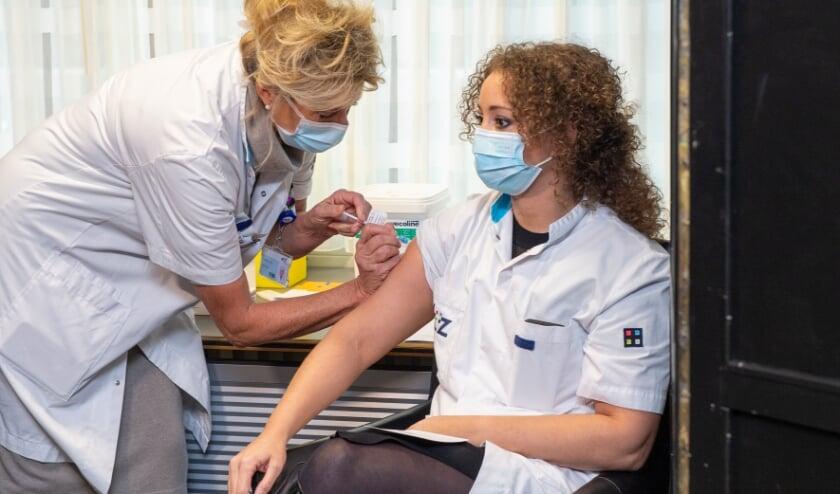<p>Arts Sabine Wittens was een van de eerste die in het ETZ het coronavaccin kreeg.</p>