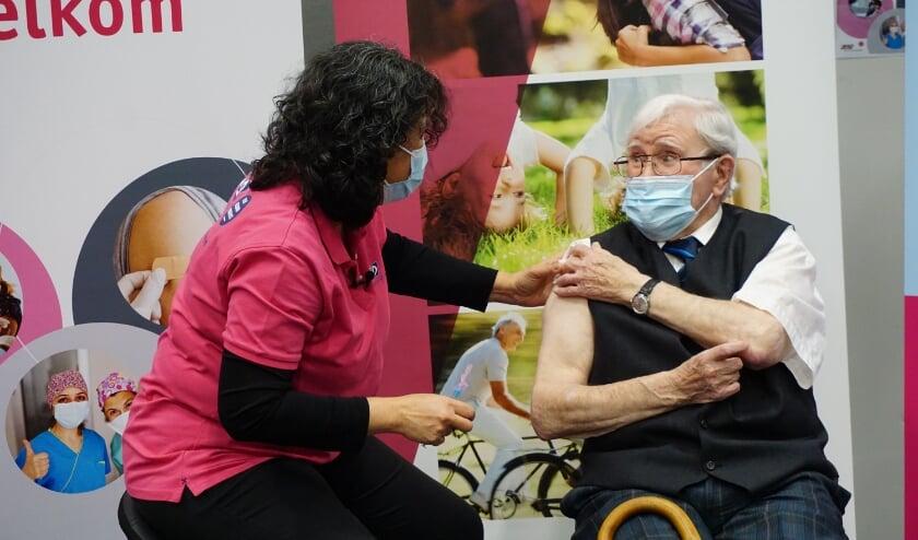 <p>De door de huisarts aangemerkte thuiswonende 90-plussers die mobiel genoeg zijn om een vaccinatielocatie van de GGD te bezoeken, ontvangen een uitnodiging van hun eigen huisarts.</p>