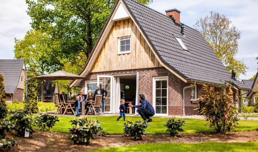 <p>Karakteristieke woningen sieren het terrein van Hof van Salland, een familiebedrijf dat al twaalf jaar flink aan de weg timmert en goed bekend staat.</p>