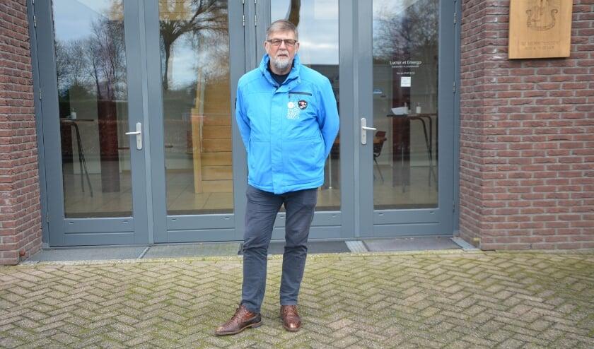 <p>Gerard van der Velde voor 'zijn' stemlocatie in Oldebroek.&nbsp;</p>