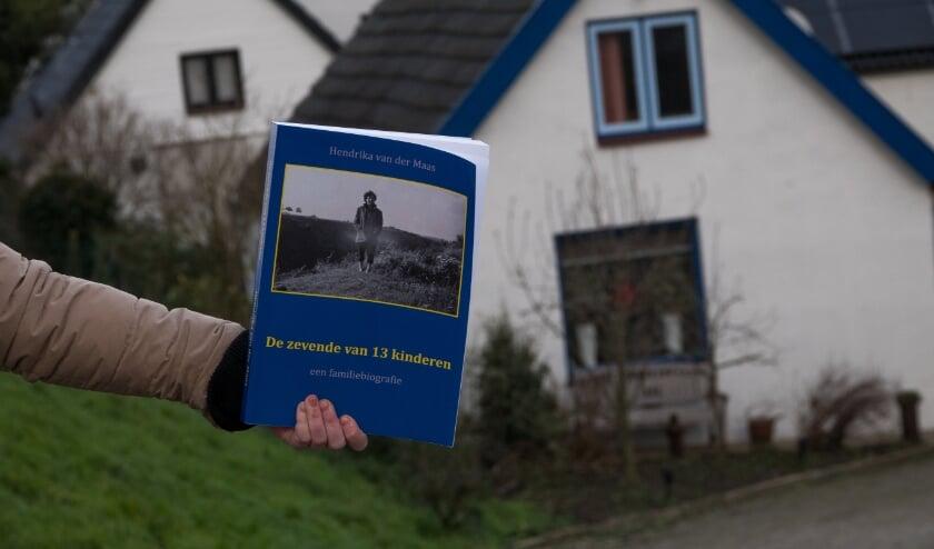 <p>Het boek is een is een mooi naslagwerk over leven en geloven in de Bommelerwaard. Op de achtergrond de huizen aan de Maasdijk in Aalst, die bewoond werden door familieleden van Henka van der Maas.</p>