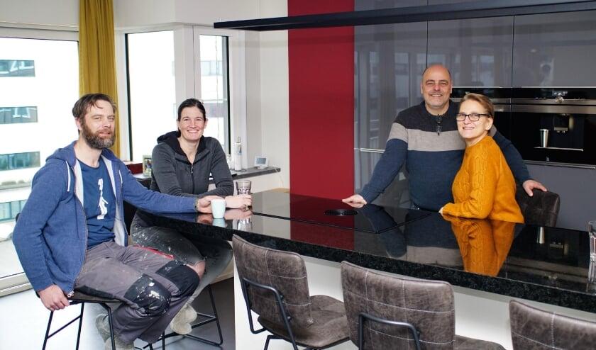 <p>Sjoerd en Marion (l) en Wim en Astrid bouwden hun eigen huis in het voormalig kantoorpand helemaal zelf af. Foto: Robbert Roos</p>
