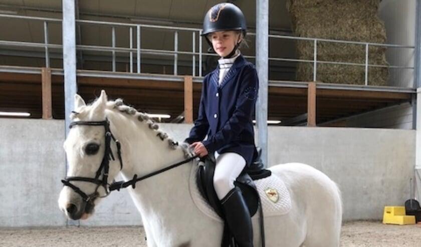 <p>Elodie op pony Bambi. Zij reden een keurige proef in de klasse B. Ingezonden foto&nbsp;</p>