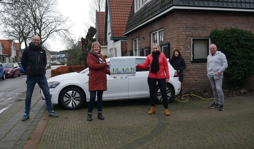 <p>Op vrijdag 8 januari kregen vertegenwoordigers van de deelnemende straten de sleutels van de elektrische deelauto's.</p>