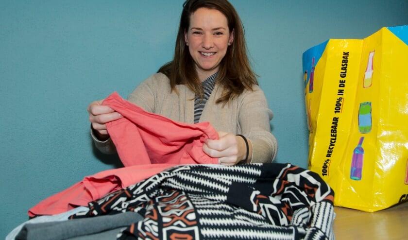 <p>Sarah Meurs is initiatiefnemer en organisator van Ketting Kledingruil Apeldoorn. &ldquo;De eerste tas is onderweg. Ik ben reuze benieuwd wat er wordt uitgehaald en ingestopt!&rdquo; ( foto Gert Perdon)</p>