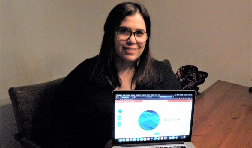 <p>Amira toont een powerpresentatie op haar laptop bij haar online les.</p>