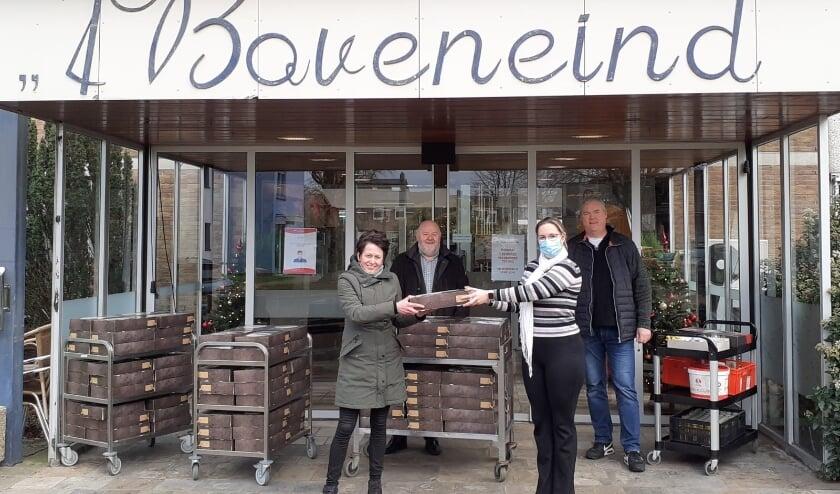 <p><strong>Op foto (van links naar rechts): Henri&euml;tte van de Bovenkamp (VRC vrijwilligster en initiatiefnemer), Gerrit Jan van de Weerthof (voorzitter v.v. VRC), Wendy de Witte (locatiemanager &rsquo;t Boveneind), Ren&eacute; Pfeiffer (voorzitter De Veensche Businessclub). Fotograaf: Hanno Stijn.</strong></p>