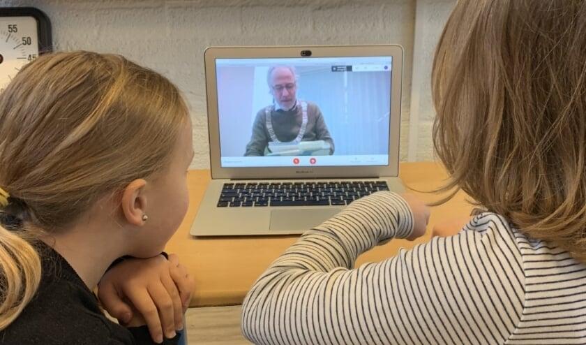 <p>De zusjes Lize en Luna kijken en luisteren vanaf de noodopvang naar burgemeester Molkenboer die de Nationale Voorleesdagen opende voor basisschool De Molenwiek.</p>
