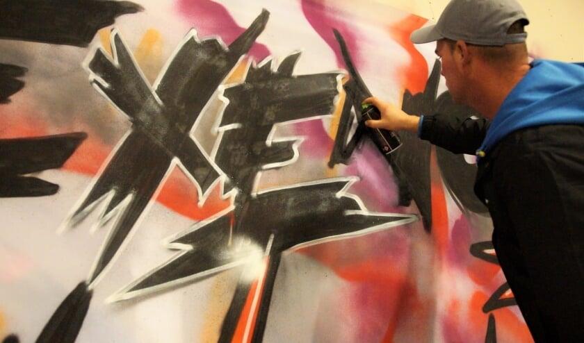 <p>Alex over graffiti spuiten: &#39;Ik spreek samen met vrienden af op zaterdag allerlei legale muren in Nederland. Soms bepalen we van tevoren een thema, bijvoorbeeld een bepaalde film.&#39;</p>