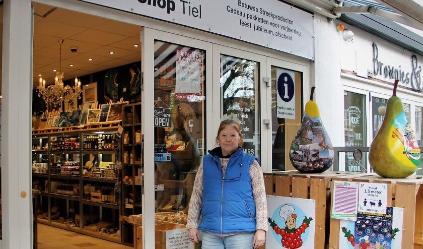 <p>Margot Hendriks voor haar Souvenir Shop aan de Hoogeindsestraat in Tiel (foto: Arno voor de Poorte)</p>