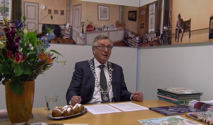 Burgemeester Geert van Rumund hield zijn nieuwjaarstoespraak in de nagebouwde werkkamer in Museum De Casteelse Poort.