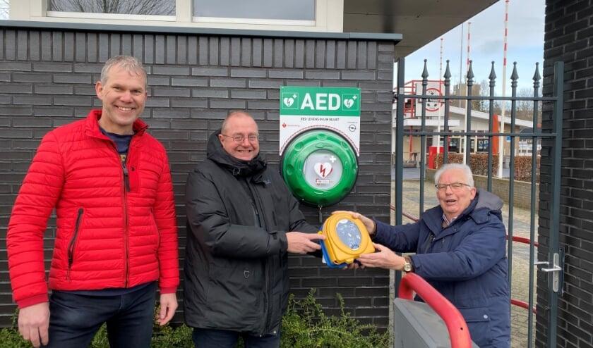 <p>V.l.n.r.: Gilbert Wijnands (St. Vrienden van Best Vooruit), Henri van Keulen en Paul Verheijen (Hartslag Best) bij de onlangs opgehangen AED bij de toegangspoort van Best Vooruit.</p>