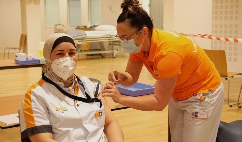 <p>Foto: IC-verpleegkundige krijgt de eerste vaccinatie in het Maasstad Ziekenhuis.</p><p><br></p>