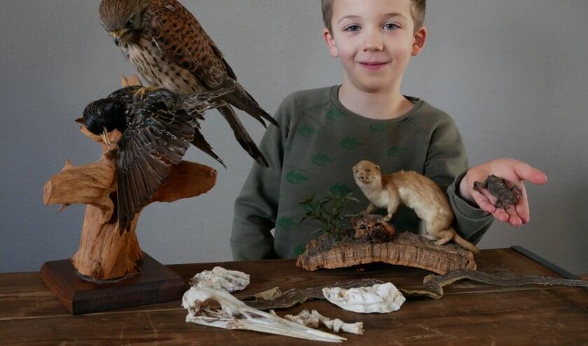 <p>Tygo met de spullen die hij kreeg van lezers van deze krant.</p>
