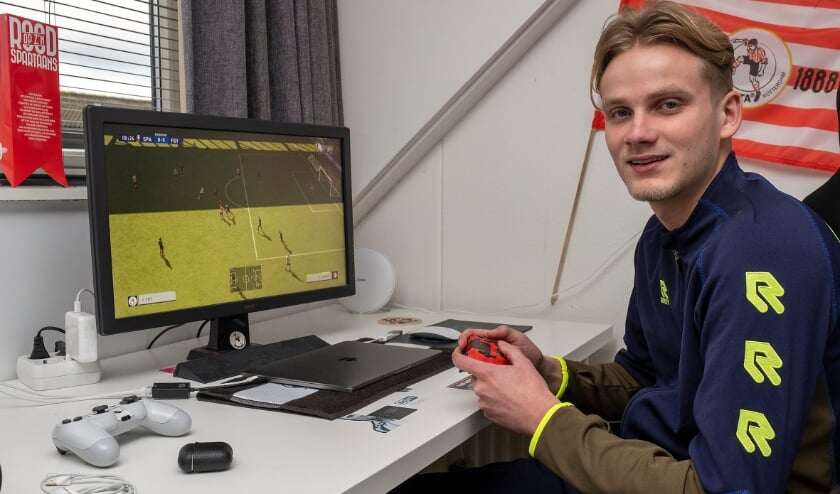<p>Thomas de Zeeuw: E-voetballer &eacute;n jeugdtrainer bij vv Capelle. (Foto: Wijntjes Fotografie)</p>