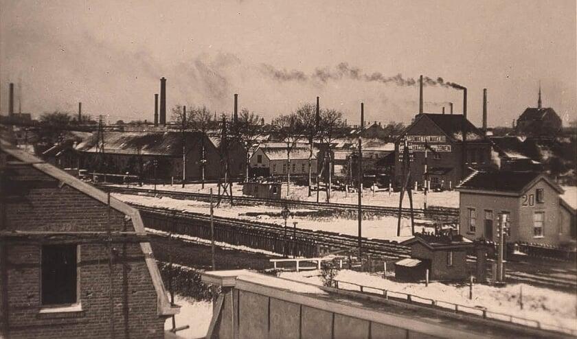 <p>1917: het hoge pand rechts van het midden is de voormalige bierbrouwerij. Vooraan de spoorlijn. (Bron: RAT, fotograaf onbekend)</p>