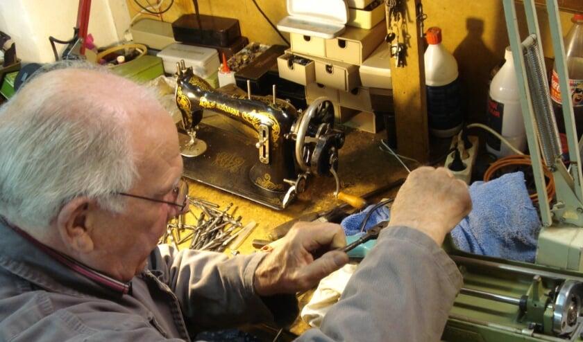 Medewerker Betuwe Wereldwijd reviseert naaimachine