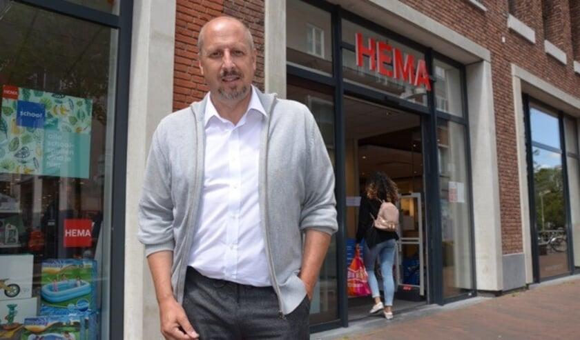 <p>Marc den Hartog wordt vanaf1 februari de nieuwe eigenaar van de HEMA filialen in Waddinxveen en Boskoop. Foto: Henk de Bas</p>