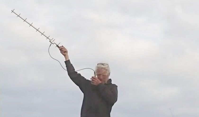 <p>Paul ten Den tijdens het uitpeilen van korhoenders &nbsp;(Foto:T. Schoonhoff)</p>