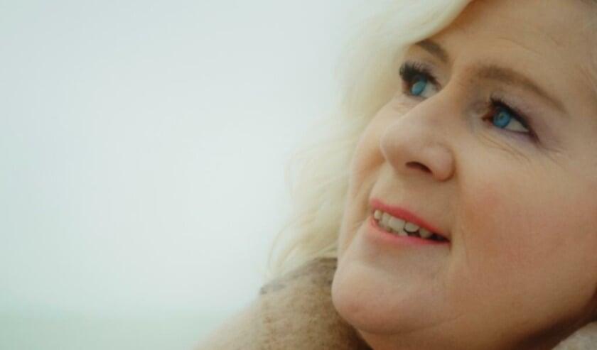 <p>Zangeres Hennie van der Vis heeft een nieuwe single en een bijbehorende videoclip gepresenteerd.</p>