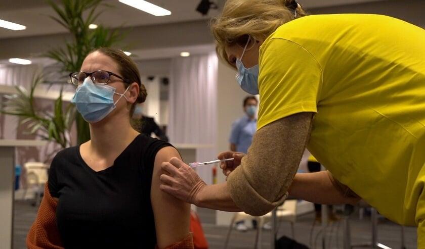 <p>Danielle Volman &ndash; verzorgende bij Pleyade Revalidatie Arnhem &ndash; ontving de eerste vaccinatie.&nbsp;</p>