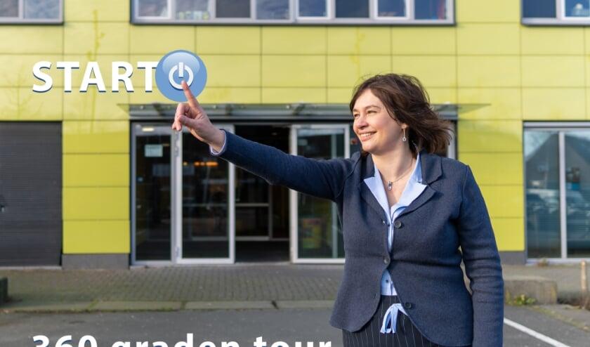 <p>Astrid Buijs, rector van het Picasso Lyceum, geeft het startsein van de 360 graden tour. Foto: Stefan Grootenboer </p>