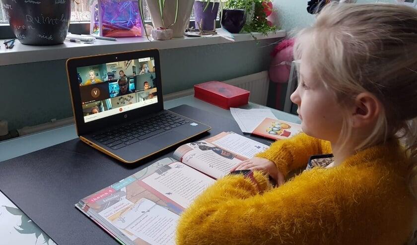 <p>Een beeldscherm gevuld met klasgenootjes: een leerling uit groep 4/5 heeft online les met de klas. Foto: Martine Schonenberg</p>