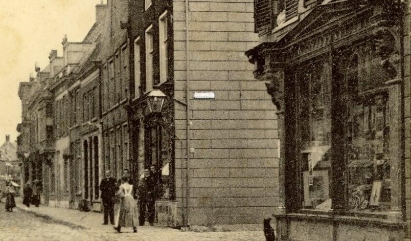 <p>Straatnaambord Hoek Hoogstraat/Nieuwstraat rond 1900 &nbsp;Coll. Bart van Aller</p>