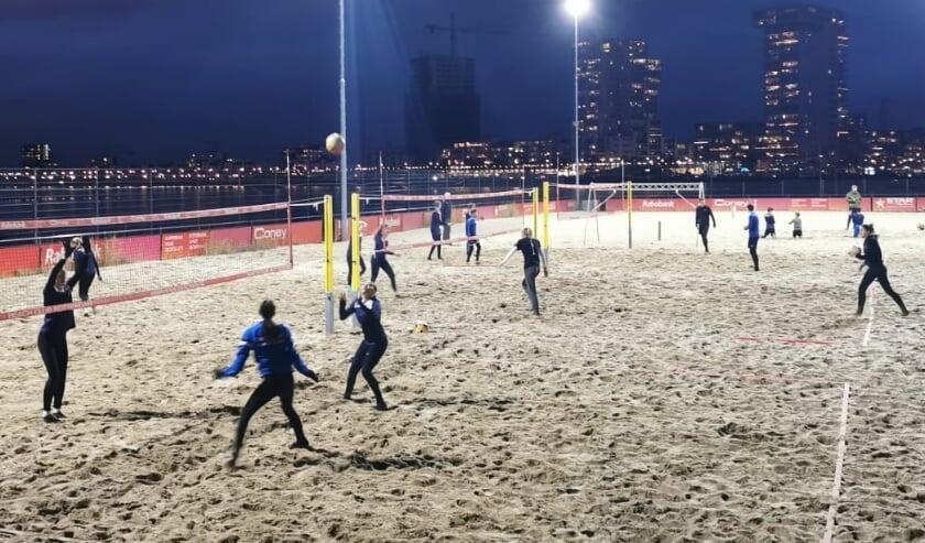 <p>De selectie van RTC Rotterdam Volleybal traint deze winter twee keer per week op en rond de velden van de Beach Club in Nesselande.</p>