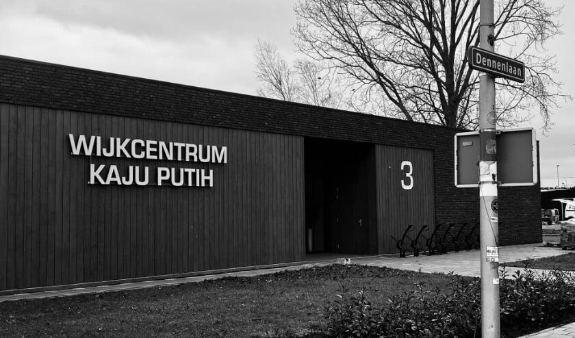 <p>De belettering van het wijkcentrum Kaju Putih aan de Dennenlaan is op dinsdag 5 januari bevestigd. Foto: Facebook &nbsp;wijkcentrum Kaju Putih </p>