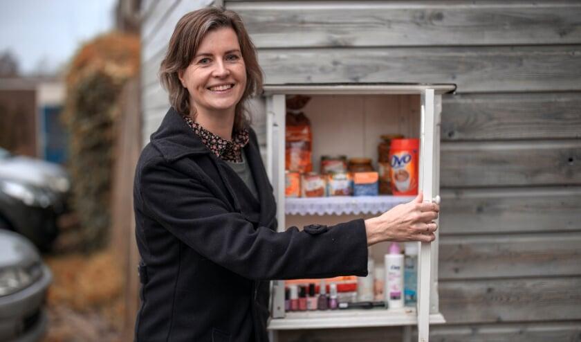 <p>Rolanda Bredewold bij haar Buurtkastje op de hoek van de Ministerlaan en de Tak van Poortvlietware in Zwolle-Zuid. </p>