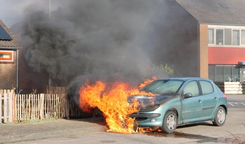 Auto vliegt in brand op De Hennepe in Tiel