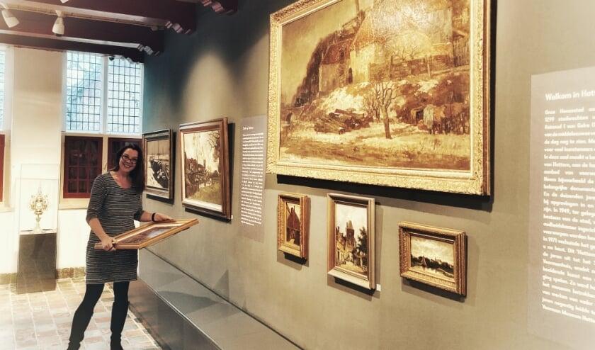 <p>Museumdirecteur Daphne Maas laat op Museum TV zien wat het Hattemse museum allemaal te bieden heeft.&nbsp; (Foto: Voerman Museum Hattem)&nbsp;</p>