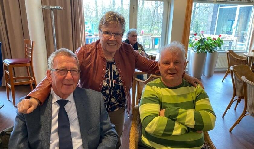 <p>Leo Gorissen (met de gestreepte trui) met zijn zus Anneke en zijn vriend Ron van den Engel.</p>