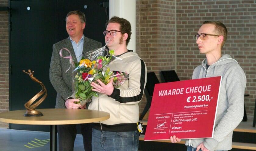 <p>Directeur Bart van den Akker ontving de prijs van de juryvoorzitter, Bob Grijpstra, en voorzitter van Stichting Carat, Gerard Groot.&nbsp;</p>
