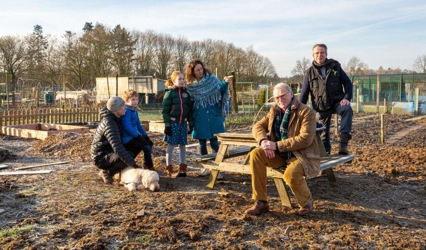 <p>Kersverse en oude leden van de Volkstuinvereniging met op de picknickbank, voorzitter Jack Geenen.</p>